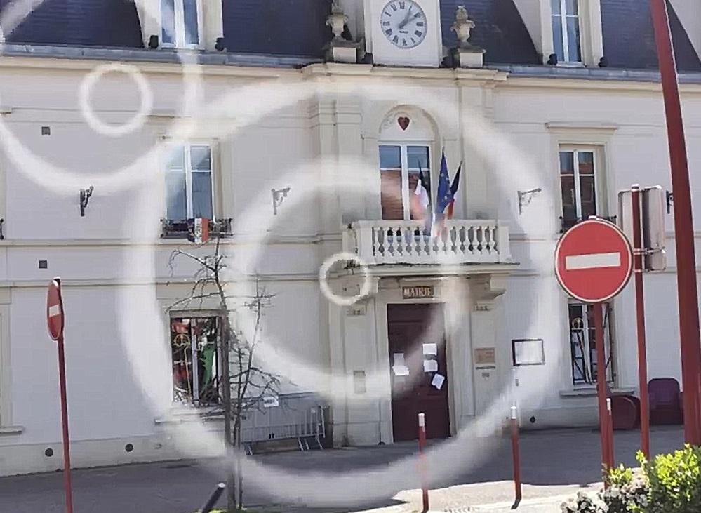 Mairie de linas avec représentation d'écoute par des grand cercle
